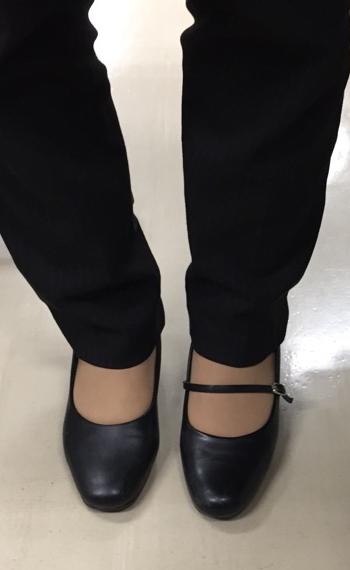 相模原・町田・八王子で自然素材の健康住宅を提供する相陽建設の、ある女子社員の靴が…