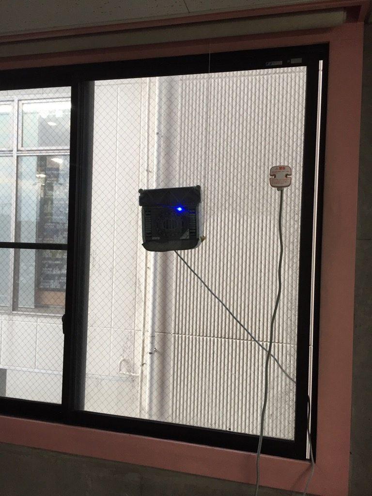 相模原・町田・八王子で自然素材の健康住宅を提供する相陽建設、窓を掃除しています