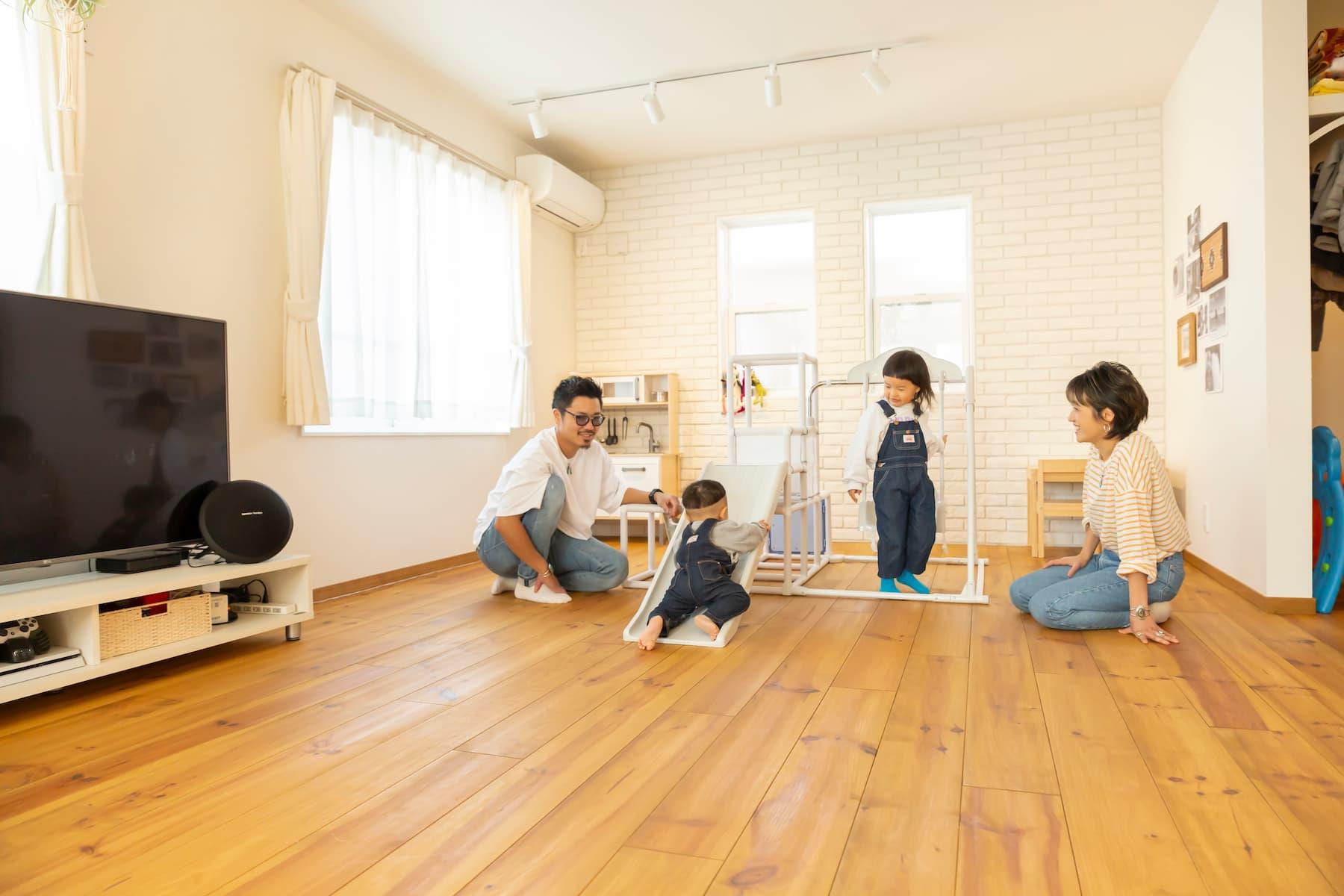 居室で遊ぶご家族