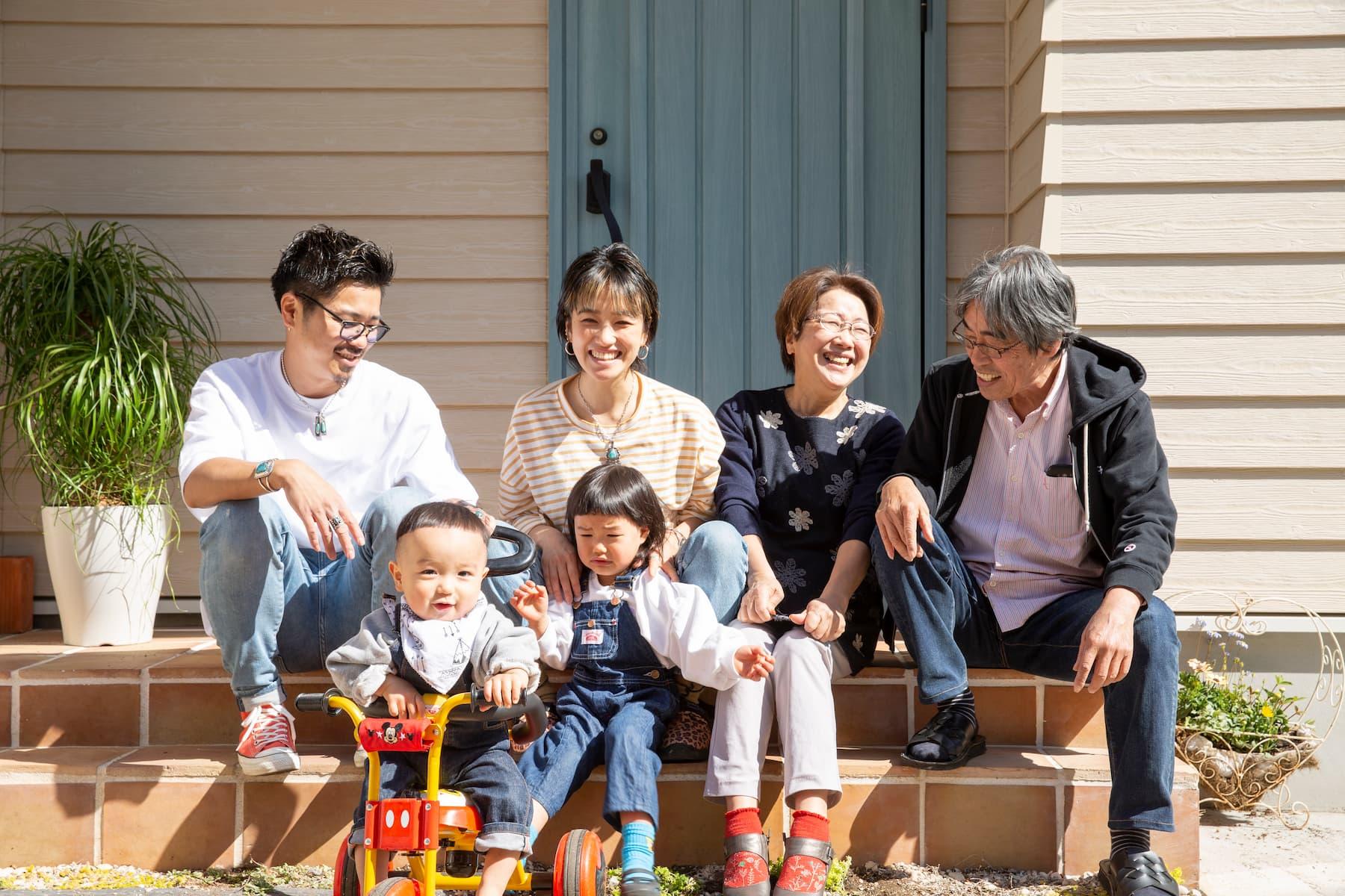 玄関先の家族