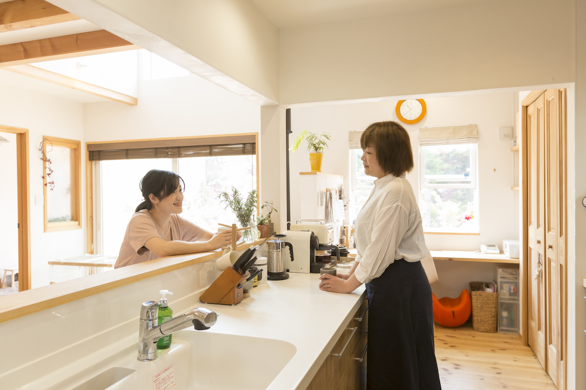 キッチンに集まる奥様とお子様