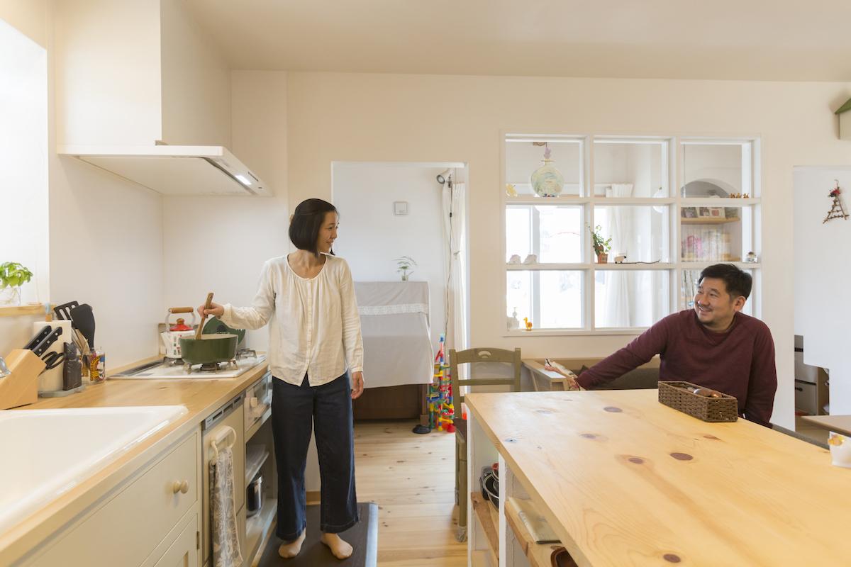 キッチンでくつろぐご夫婦