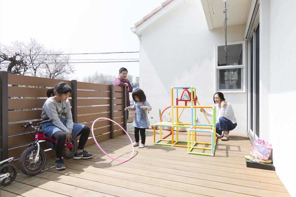 ウッドデッキで遊ぶご家族