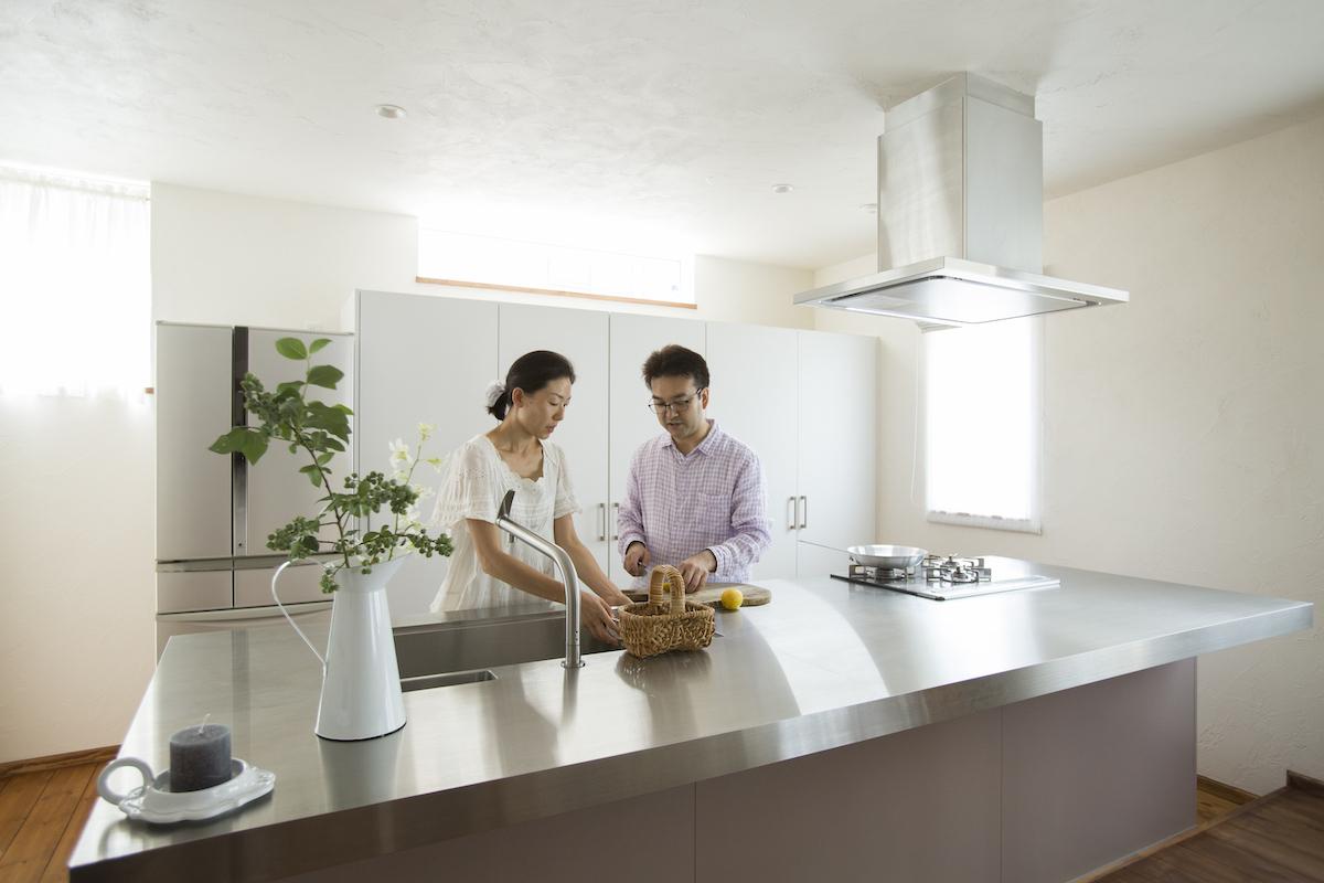 キッチンで料理するご夫婦