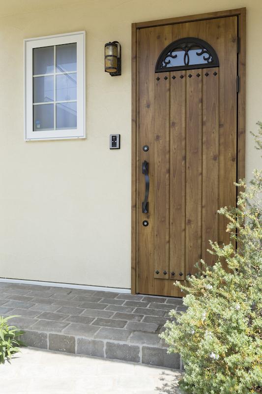 木の扉が特徴的な玄関