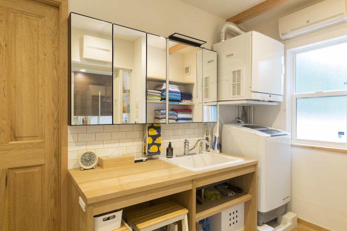 木の扉と机が施工されたバスルーム