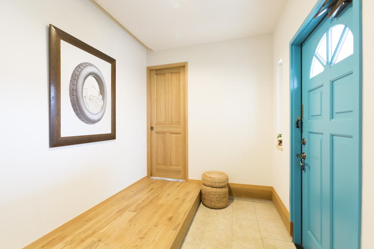 青い扉が特徴的な玄関