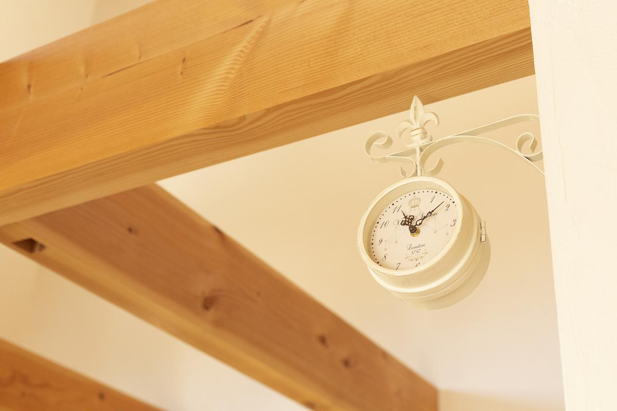 梁に吊るした時計