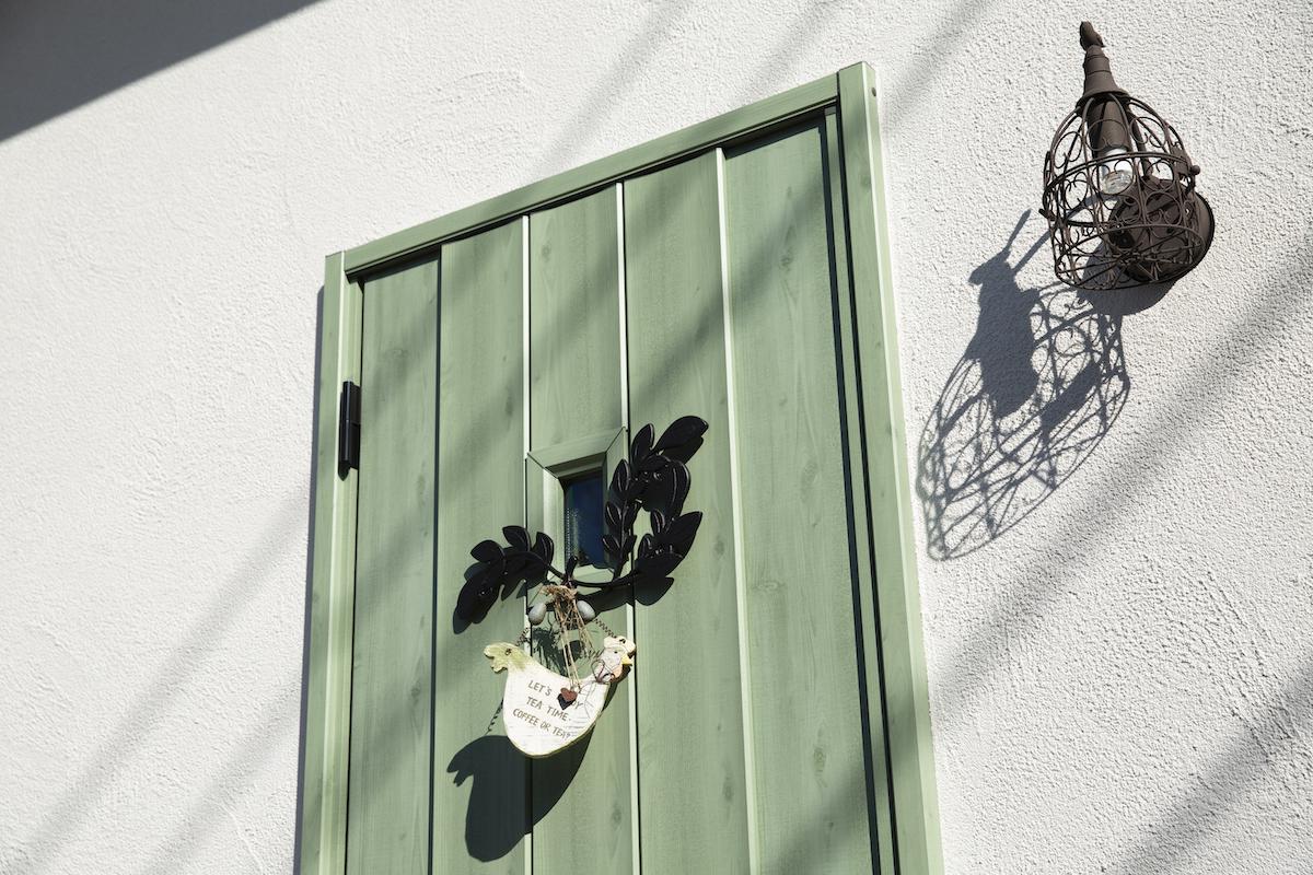 緑の扉が特徴的な玄関