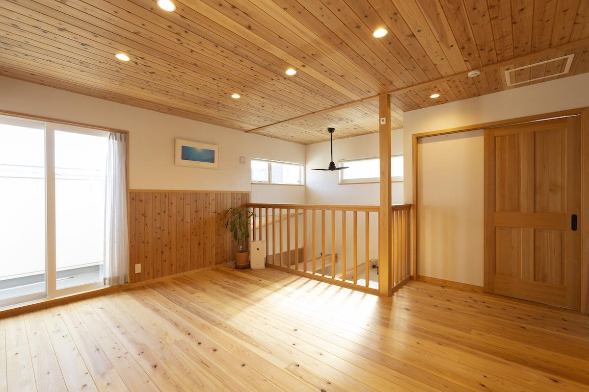 木の温もりが溢れる寝室